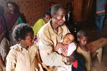 ゲデオの教会に身を寄せ、医師の診察を待つ国内避難民の家族 © Markus Boening/MSF