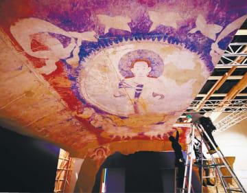 組み立て作業が進むアフガニスタン・バーミヤン東大仏天井壁画の複製