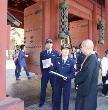 増上寺の「三解脱門」前で防火指導する東京消防庁の職員=18日午後、東京都港区