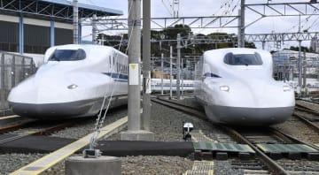 東海道新幹線のN700系(左)と新型車両「N700S」=2018年3月、浜松市