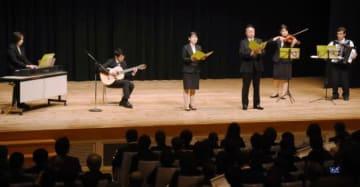 「令和の花咲け」を披露する教職員。右端が古市安治さん=出水市音楽ホール