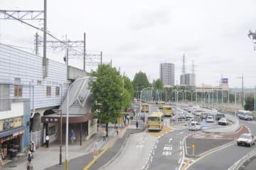 橋本駅南口のロータリー。右奥の県立相原高校グラウンド地下にリニア神奈川県駅が作られる=2017年