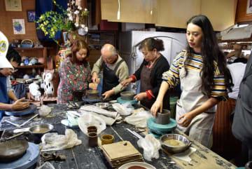 手ほどきを受けて陶芸を体験するミャンマーマンダレーホテル協会のメンバー