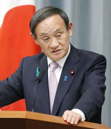 記者会見する菅官房長官=18日午後、首相官邸