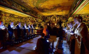 三門楼上の仏堂で厳かに営まれた法要(18日午後7時5分、京都市東山区・知恩院)