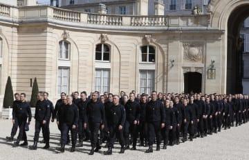 18日、パリのエリゼ宮(大統領府)でマクロン大統領と面会した当局者ら(AP=共同)