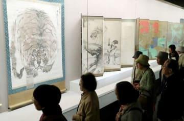 長沢芦雪の「蹲る虎図」(左)など多彩な絵画を楽しむファンら