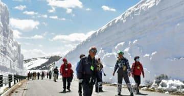 雪の回廊ウオーキングを楽しむ参加者   開通する区間