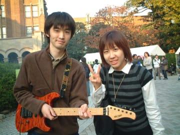 駒場祭にてエレキギターを手にする小関准教授(左)。右の女性は結婚前の妻(写真は小瀬教授提供)