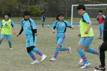 練習に励む竹田南高女子サッカー部員=竹田市総合運動公園