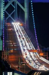 明石海峡大橋の上り車線で、淡路島から神戸方面に向かう長い車列=2018年5月5日午後7時14分、神戸市垂水区から