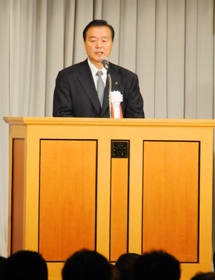 創立100周年記念式典で式辞を述べる内田会長