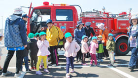 消防車を興味深そうに見学する子どもたち