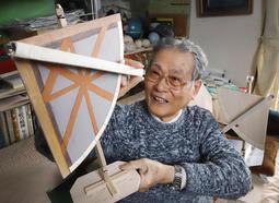 自作した象限儀の模型を手に、伊能忠敬の天体観測に思いをはせる大西道一さん=神戸市灘区鶴甲2