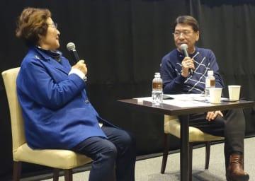 「伏見ミリオン座」グランドオープン式典のトークショーで話す戸田奈津子さん(左)とおすぎさん=19日午前、名古屋市