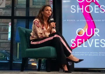 女性と靴の思い出についての本を出版した女優のブリジット・モイナハン