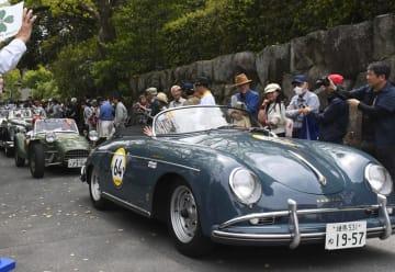「ラ・フェスタ プリマベラ 2019」で名古屋・熱田神宮を出発したクラシックカー=19日午後