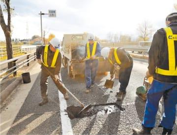 収録されている道路補修の現場写真