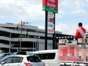 京都郵便局(奥)やスーパーなどが進出した城陽市の新市街地で、支持を訴える候補
