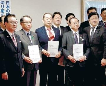 金田幹事長代理(左から3人目)に要望する佐々木議長(左端)と佐藤議長(前列右端)=18日、東京・平河町