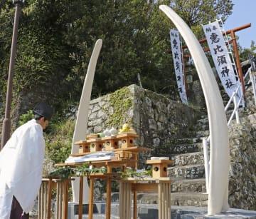 イワシクジラのあご骨を使った恵比須神社の鳥居=19日、和歌山県太地町