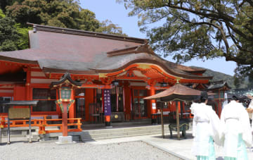 改修工事が終わった熊野那智大社の拝殿=19日、和歌山県那智勝浦町