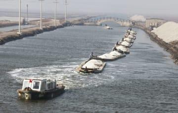 塩の収穫が本格化 河北省唐山市