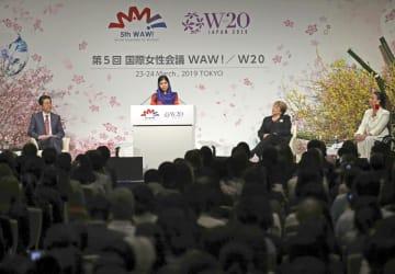 国際女性会議「WAW!」で基調講演をするノーベル平和賞受賞者マララ・ユスフザイさん(左から2人目)=3月、東京都内のホテル