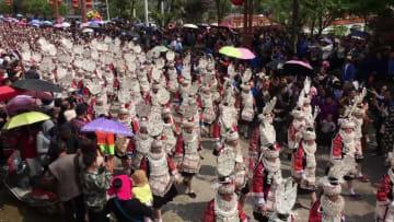 ミャオ族「姉妹節」の華麗なパレード 貴州省台江