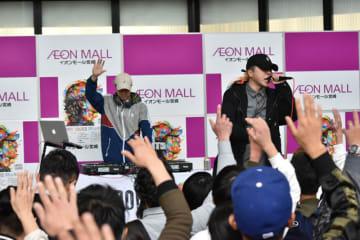 アルバム発売を記念し、宮崎市で無料ライブを行った高鍋町出身のガドロさん(右)