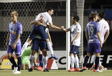 広島―FC東京 後半、ゴールを決め、抱きあい喜ぶFC東京・ディエゴオリベイラ(9)=Eスタ