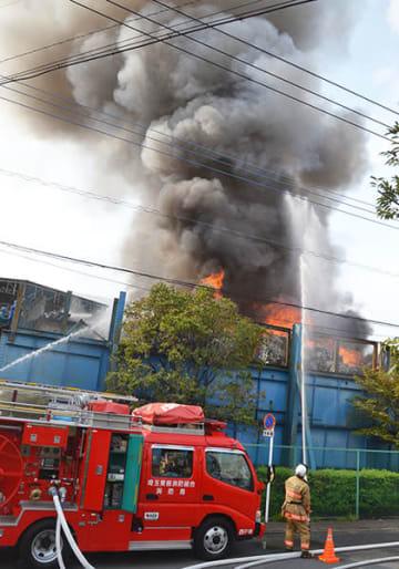 工場の消火に当たる消防士ら=19日午後3時15分ごろ、久喜市桜田5丁目
