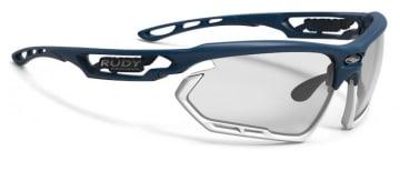 フレーム:ブルーネイビーマット、レンズ:インパクトX2 調光ブラック、バンパー:ホワイト、価格2万1000円(税抜)