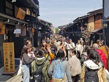 春の行楽シーズンで、多くの観光客でにぎわう古い町並み=今月5日、高山市上三之町