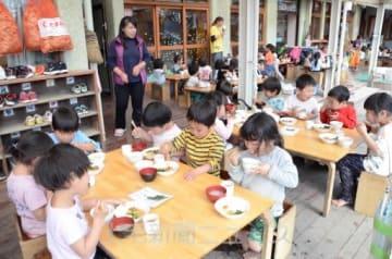 保育園の給食風景。現行制度では、3歳児以上の副食費は利用料に含まれている=おひさま倉賀野保育園