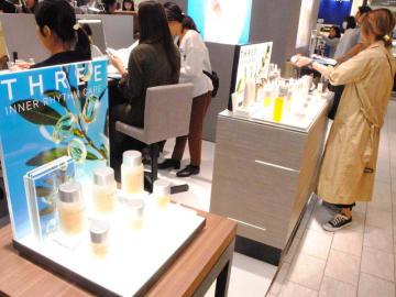 自然派化粧品が並ぶ「THREE(スリー)」の店内=16日、那覇市のデパートリウボウ