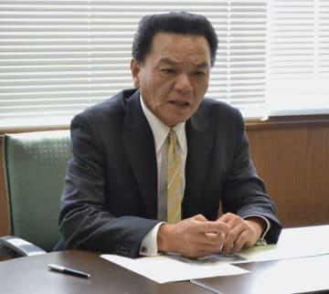 【度会町長選への立候補を表明する八木氏=町役場で】