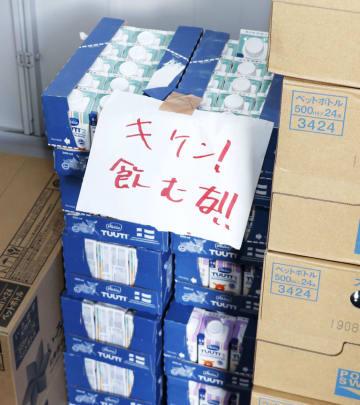 張り紙がされた液体ミルク=2018年9月、北海道安平町