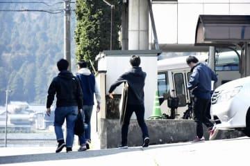施設に出入りする福井県警捜査員=4月8日午前9時50分ごろ、福井県大野市内