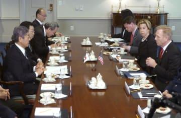 シャナハン米国防長官代行(右端)と会談に臨む岩屋防衛相(左端)=19日、米ワシントン郊外の国防総省(共同)