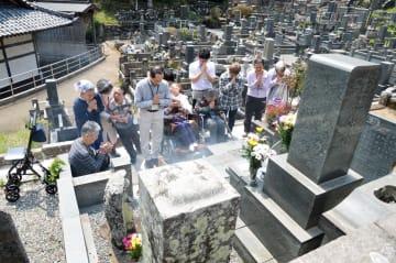事件発生から4年の節目を前に、現場近くの寺で墓参した福祉作業所の職員や利用者=19日午前