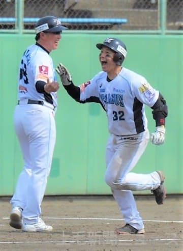 群馬―福井 3回裏群馬無死、今季初スタメンで本塁打を放ち喜ぶ李=グレースイン前橋市民