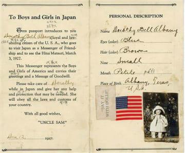 竹館小(平川市)に保管されている「ドロシー」のパスポート。「髪は茶」「鼻は小さめ」などと書かれている
