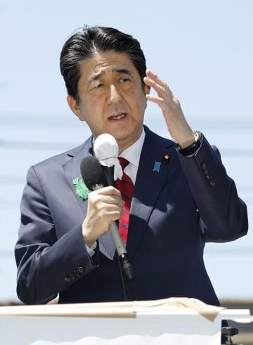 衆院大阪12区補欠選挙の応援で街頭演説する安倍首相=20日午後、大阪府四條畷市