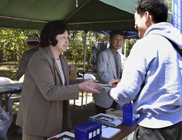 署名活動に参加した曽我ひとみさん(左)=20日午前、新潟県佐渡市