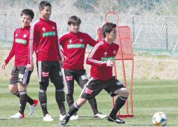 鹿島戦で今季のリーグ戦初出場を目指す松下(右)と椎橋(左)