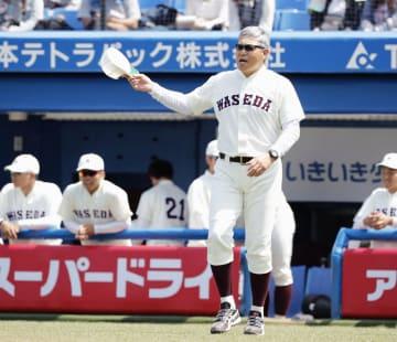 東京六大学リーグで初采配となった東大戦で、選手交代を告げる早大の小宮山悟新監督=20日、神宮球場