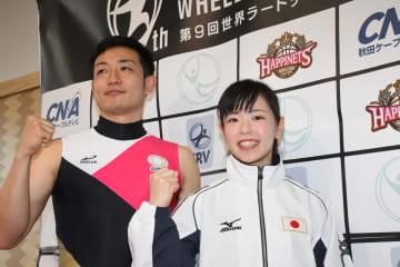 世界大会での活躍を誓い、ガッツポーズを取る高橋選手(左)と堀口選手=秋田県庁
