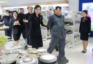 平壌市内の大型百貨店を視察する北朝鮮の金正恩朝鮮労働党委員長(右から2人目)(朝鮮中央通信=共同)