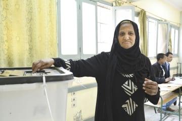憲法改正の是非を問う国民投票が行われ、カイロの投票所で投票する女性=20日(共同)